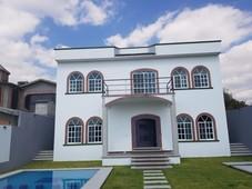 hermosa casa con alberca y cuenta con todas los servicios